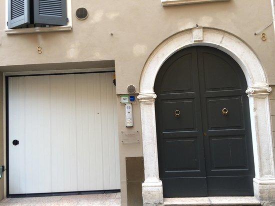 La Filanda di Brescia: Porte d'entrée et box garage.