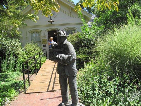Snug Harbor Cultural Center: Fireman statue outside 9/11 exhibit