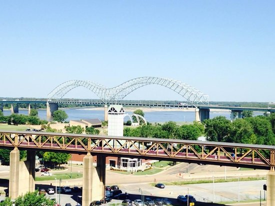 Comfort Inn Downtown: View of Mississippi River Bridge from roof top pool.