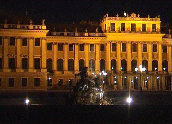 Château de Schönbrunn : Floodlit Palace