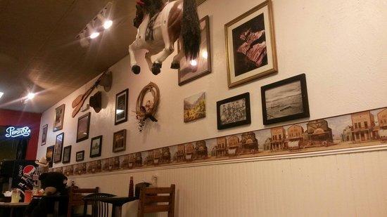 Peters Cafe and Bakery: La parete del locale