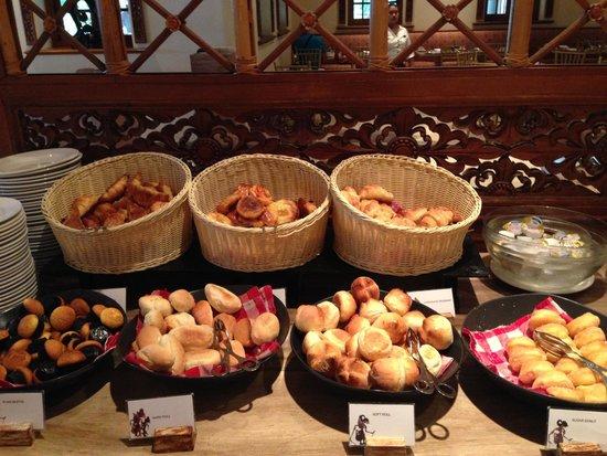 Ayodya Resort Bali: Bread, croissants and pastries at breakfast