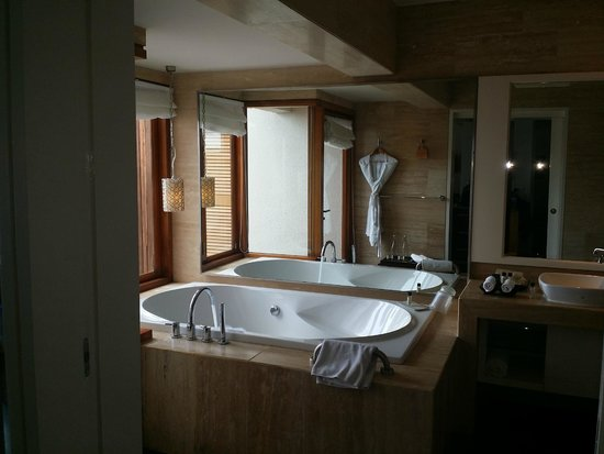 Vivanta by Taj Coral Reef Maldives : bathroom in water villa