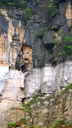Shennong Stream : Ancient Cave-Cliff Burial