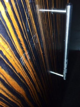 Bonnington Jumeirah Lakes Towers: de nombreuses traces sur les portes dans notre chambre.