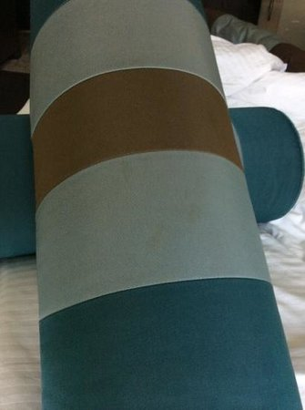 Bonnington Jumeirah Lakes Towers: des taches sur les oreillers.
