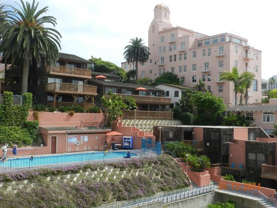 La Jolla Cove Hotel & Suites: Pool, spa and gas grills and terrace suites