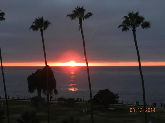 La Jolla Cove Hotel & Suites: Sunset from roof top deck to die for
