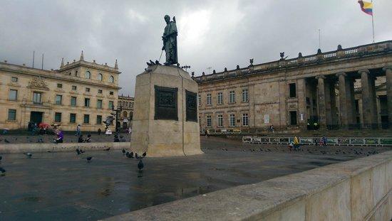 Plaza de Bolivar: Memorial statue