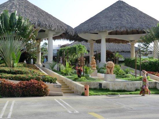 Sirenis Punta Cana Resort Casino & Aquagames: entrée de l'hôtel