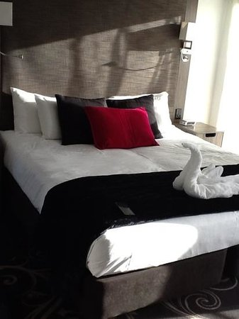 Mercure Wellington Central City Hotel and Apartments : Bedroom, love the swan made with towells!