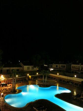 ALEGRIA Alcossebre: Bonita vista nocturna de la zona de relax y piscina.