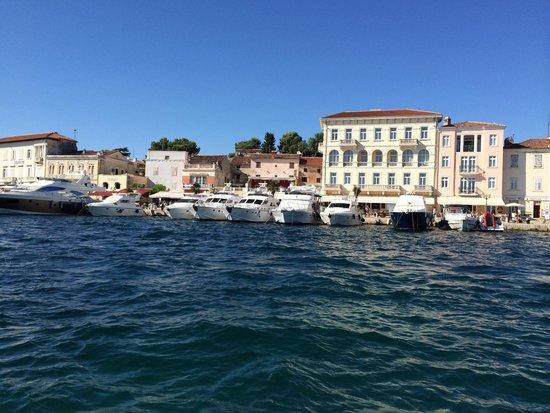 Valamar Riviera Hotel & Residence: Die Residenz vom Meer her gesehen