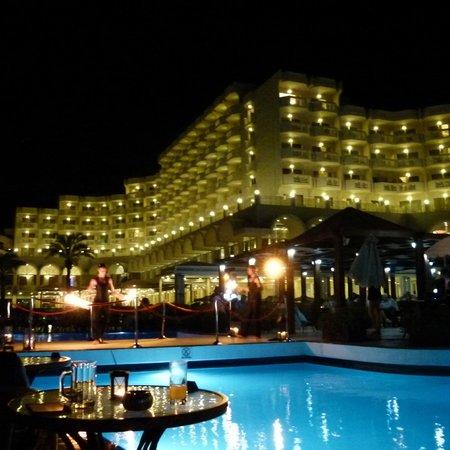 Rodos Palladium : отель вечером