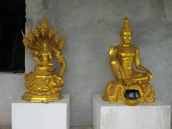 Großer Buddha von Phuket: Golden statues at the big buddha