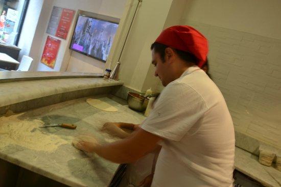 100% Pizza: rosario che impasta
