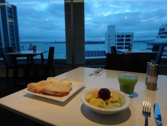 Mercure Auckland: Breakfast in restaurant