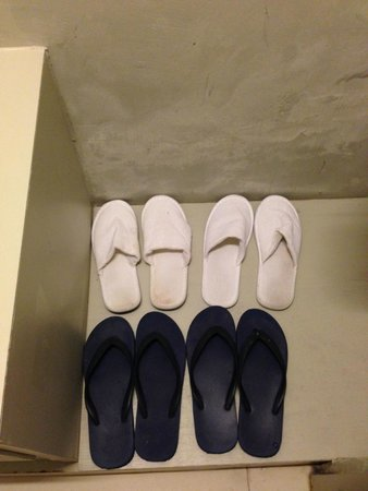 Kalima Resort & Spa: dirty slipper in room