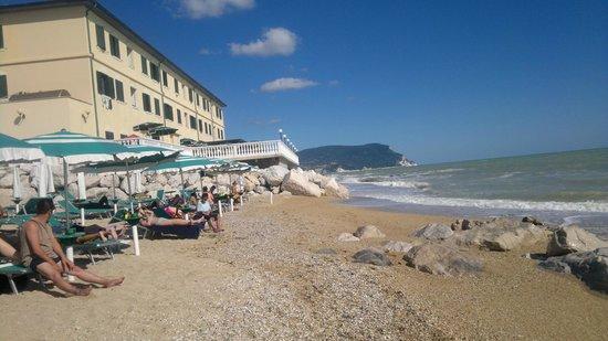 Hotel Il Brigantino : Spiaggia privata e hotel