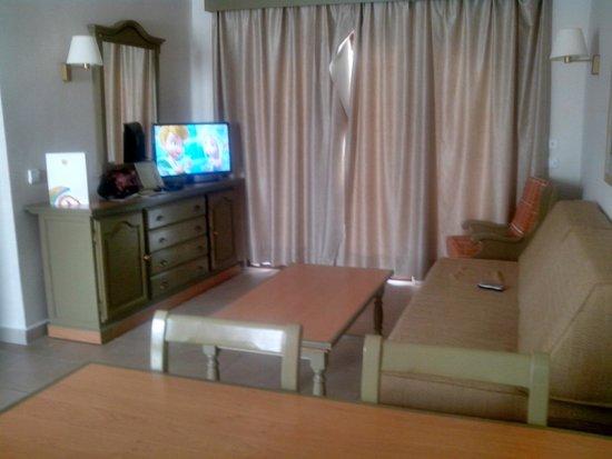 """HD Parque Cristobal Tenerife: La Tv es plana de 32"""", el sofá muy comodo, con ventilador en el techo"""