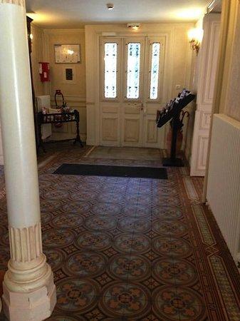 Hotel Castel Jeanson: Entrance hallway