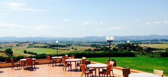 Relais Villa Petrischio: panorama piscina/ristorante