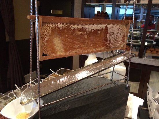 JW Marriott Hotel Hong Kong: Ingenious device to serve fresh honey for breakfast at the Marriot Executive lounge