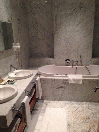 Tomtom Suites: Grande salle de bain (il y a aussi une douche à l'italienne ainsi que les toilettes sur la droit