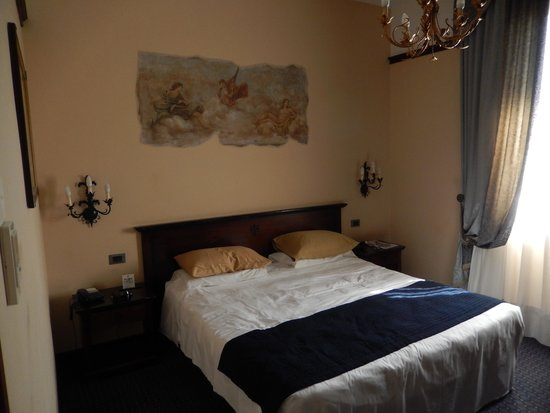 B4 Astoria Firenze : Our Room with nice Fresco on the wall.