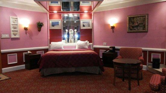 Inn of the Dove - Bensalem: In room pool bedroom