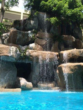Phuket Marriott Resort & Spa, Merlin Beach: один из 3 бассейнов . красиво ,но грязно