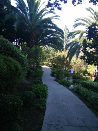 The Langham Huntington, Pasadena, Los Angeles: Path along the garden