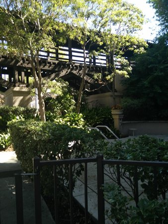 The Langham Huntington, Pasadena, Los Angeles: Bridge leading from reception to rooms