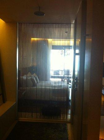 Hansar Samui Resort: chambre 1210 vue de la sdb vers le bacon