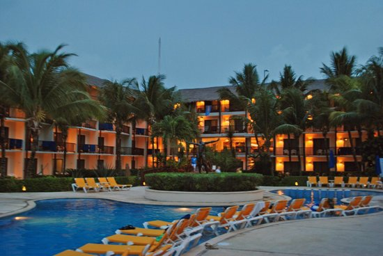 The Reef Coco Beach: отель вечером