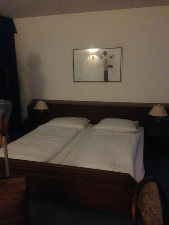 Hotel Astoria am Urachplatz: кровать