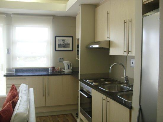 Genesis All-Suite Hotel : Open-plan kitchen