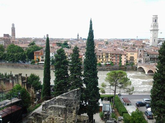 Teatro Romano: Вид на Верону