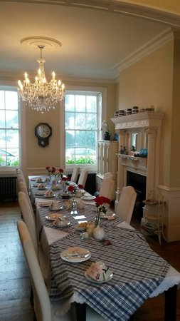 Hamiltons Boutique Hotel: Beautiful afternoon tea in the dining room.