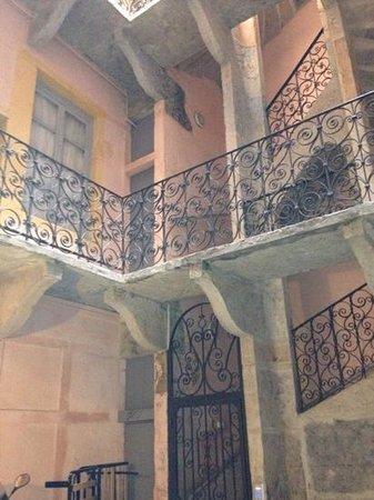 Traboules du Vieux Lyon: scala con ringhiera in ferro battuto a Lione