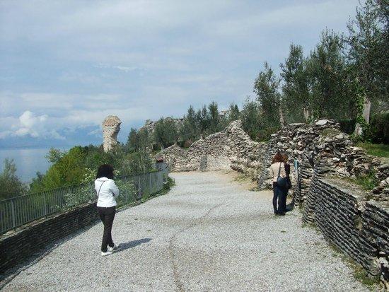 Grotte di Catullo : stradina