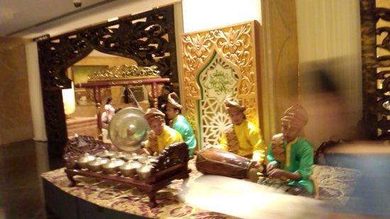 Shangri-La Hotel Kuala Lumpur : ホテル内のフロント階で演奏が流れていました。