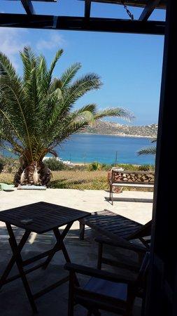 Agios Pavlos Studios: Vista desde dentro de la habitación