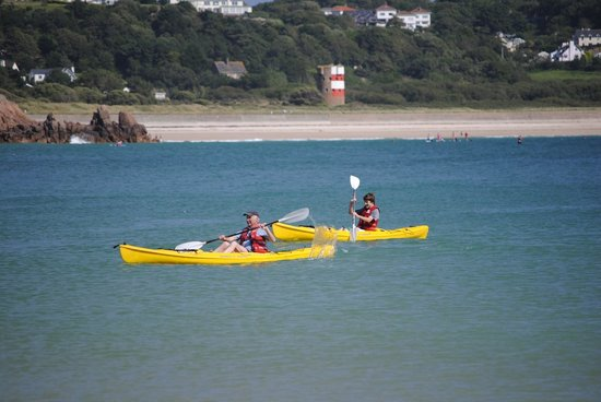 St. Brelade's Bay Beach: Kayakers in the bay