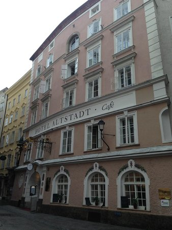 Radisson Blu Hotel Altstadt, Salzburg: View of hotel from shopping street