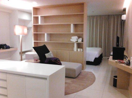 PARKROYAL Serviced Suites Kuala Lumpur : 部屋をぐるっとまわれます。
