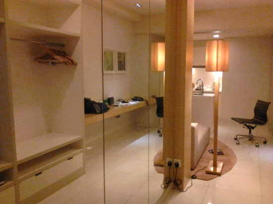 PARKROYAL Serviced Suites Kuala Lumpur : 姿見が大きくてファッションショーができます。