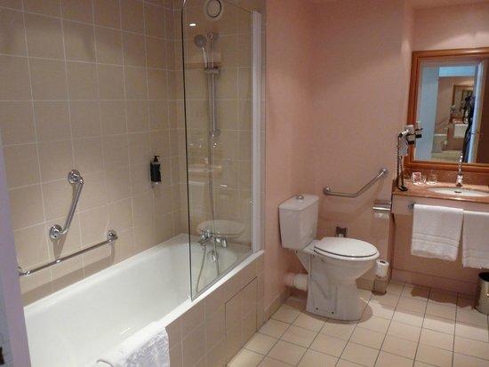 Hotel Barriere L'Hotel du Lac: salle de bains