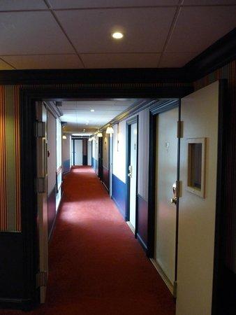 Hotel Barriere L'Hotel du Lac: couloir 4ième étage