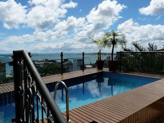 Hotel Casa do Amarelindo: View over Salvador from pool.
